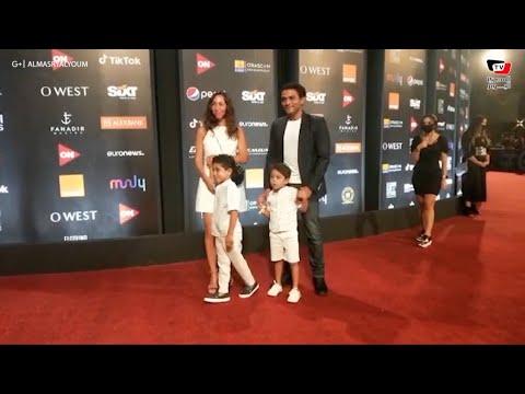 آسر ياسين يصطحب زوجته وابنيه وهبة السيسي بفستان حمل على السجادة الحمراء «بالجونة السينمائي»