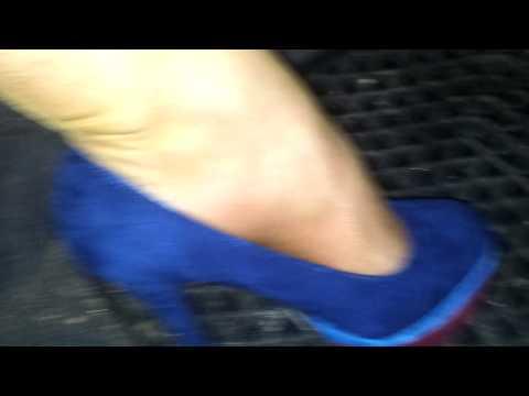 Neue blaue High Heels und glänzende Strümpfe