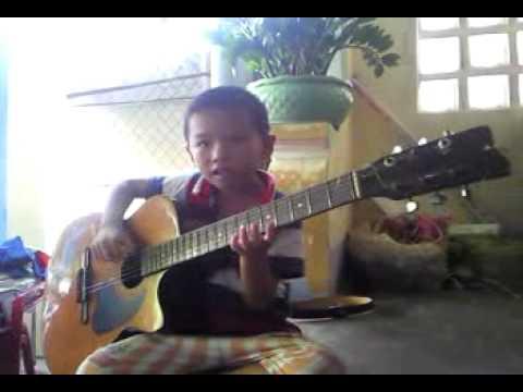 Cậu bé 5 tuổi chơi guitar cực đỉnh
