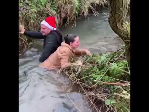 Сама упала и мужика в воду свалила