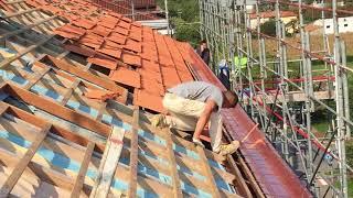 Posa delle tegole e saldatura della scala condominiale