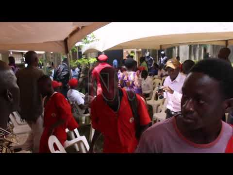 Tiyagaasi anyoose nga poliisi yeenyola n'aba People Power