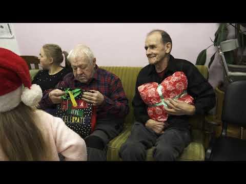 Bērni iepriecina Skrundas aprūpes centra ļaudis