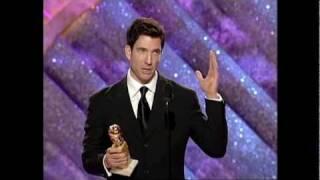 """Golden Globes 1999 - Dylan McDermott reçoit le prix de meilleur acteur de série pour """"The Practice""""."""