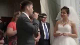 Брат поет сестре песню на ее свадьбе