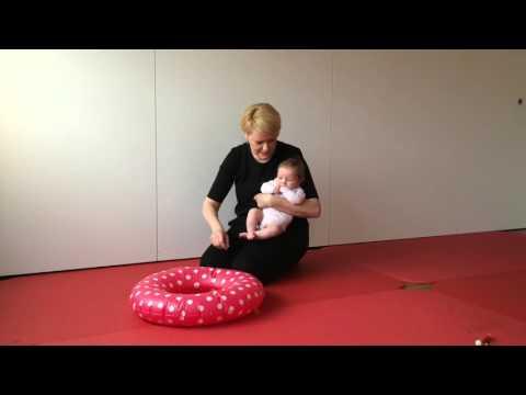 14. Baby-Spiel: Bauchlage über dem aufblasbaren Schwimmring