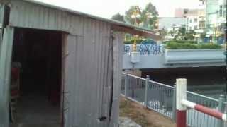 Nhân viên gác chắn xe lửa cầu Bắc Bà Xếp ở trong nhà chắn tồi tàn