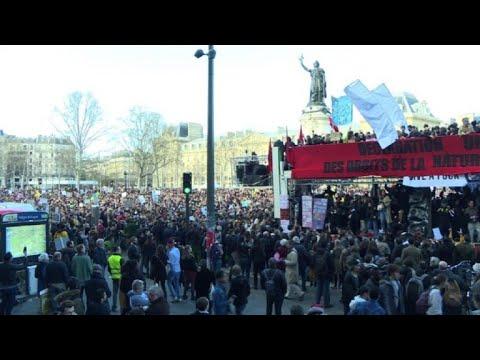 Decenas de miles de personas marchan en París por el clima