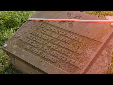 Przepasana biało-czerwoną szarfą płyta z napisem: Tu spoczywają żołnierze Pierwszej Brygady Legionów, którzy polegli w walkach za Ojczyznę w 1915 roku