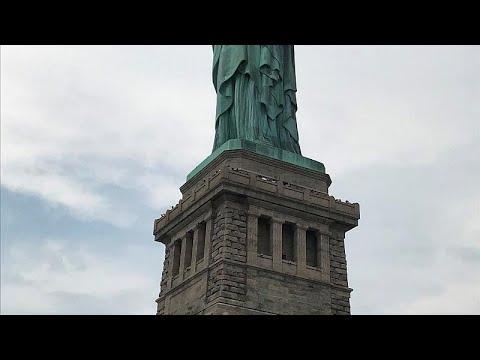 ΗΠΑ: Διαδηλώτρια σκαρφάλωσε στο Άγαλμα της Ελευθερίας