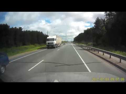 Бетономешалка врезалась в грузовик стоящий на обочине