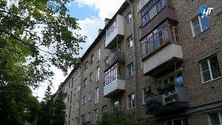 Новгородские медики оказывают помощь четырехлетней девочке, упавшей с балкона второго этажа