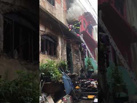Bombeiros combatem incêndio em barracão em BH