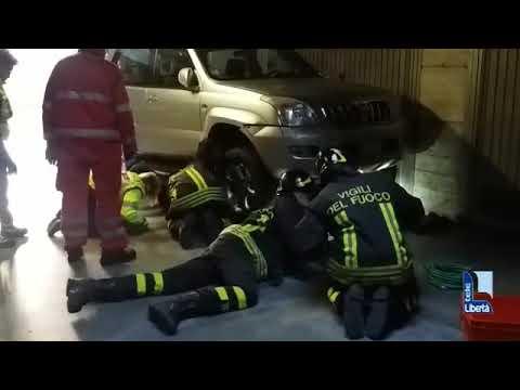 Uomo incastrato sotto l'auto salvato dai vigili del fuoco
