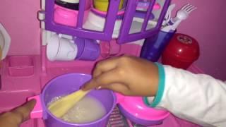 Mostrando minhas panelinhas novas +fazendo comida para as babys .