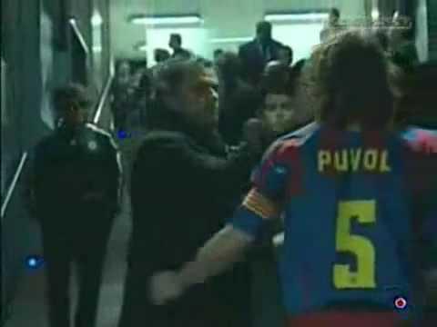 Một cái bắt tay rất thân thiện của Mourinho với Puyol