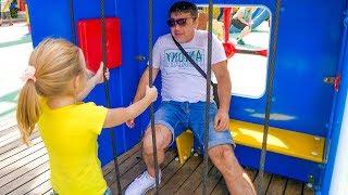 Stacy y papá se divierten en un parque de diversiones.