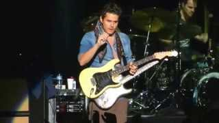 "John Mayer Epic: gets guitar from fan during ""Gravity"" solo, returns it signed and tuned @ Argentina"