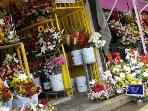 Puestos de vendedores de flores invaden las banquetas dela Calle Chapultepec en Villahermosa
