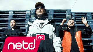 """Killa Hakan & Eko Fresh & Umut Timur'un, Wovie etiketiyle yayınlanan """"Ne Fark Eder?"""" isimli tekli çalışması, 4K çözünürlüğünde video klibiyle netd müzik'te.    Söz: & Müzik: Killa Hakan, Eko Fresh, Umut Timur Düzenleme: DJ Rocky Yönetmen: Can Özev   netd müzik'te bu ay http://bit.ly/nd-buay Yeni Hit Şarkılar http://bit.ly/nd-hit Türkçe Rap http://bit.ly/nd-turkcerap  """"Ne Fark Eder?"""" şarkı sözleri ile   Bu da gelir, bu da geçer Fazla ya da eksik ne fark eder Hayatı bilene koymaz mücadele Savaşırız gündüz gece  Yaşadıklarım sanki film ya da dizi Eko bastır koçum kim tutar ikimizi Helal haram yolları tanıdık, öğrendik, aştık Bazen olan bitenlere donduk, şaştık Olabilir işte, kanatabilir sistem Uçar kaybolursun, yok olursun pistten Bir daha kurtulamaz belki dokunursa elin Nerden girip çıkacağı belli olmaz yelin Çok düşüp kalkacaksın çakıl taşı yollar Zaman zaman misafir edebilir karakollar Hayata mücadele ver, hayata bastır İnsanız yazısını her yere astır Bazen yaralı bazen öfkeli canlar Her zaman hata yapabilir insanlar Bazen sinirlisin kendine zararsın Yalnız kalınca da insan ararsın Bu da gelir bu da geçer Bir de bol kuyulu yollar seçer Hepsini ele sen tek tek yele Sırtını tutma sakın yaslama ele Bu da gelir, bu da geçer Türlü türlü yollar seçer Biri kalır biri geçer  Türlü türlü yollar seçer  Bu da gelir, bu da geçer Fazla ya da eksik ne fark eder Hayatı bilene koymaz mücadele Savaşırız gündüz gece  Arada sırada ağzımda sigara Amcalar yitekler bazen de duvara Rapin babaları işte yine beraber söyle bana canım öyle bir şey lazım mı şu ara Tamam oğlum madem buymuş Ekrem Bora Hakan Durmuş Sizin beyniniz zaten durmuş Sanki Killa Abi size ağaçlan vurmuş Burası fight club UFC Türkçem zayıf gurbetçi 36 gd true rap g oldschool gangsta kuvvetli Hayat ben efsane, dayak sen eczane Halay dance şemmame bak benim kağıt para rengarenk Olur olur cebim dolur kamerada arabalar benim olur Piç kuru al sana yeni boru bil hele kim artık seni korur Ağlama canım bu da gelir, bu da geçer far"""