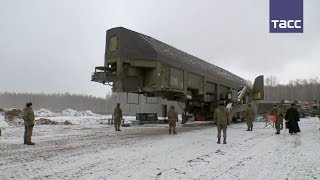 """Кадры загрузки ракеты """"Ярс"""" в шахтную пусковую установку"""