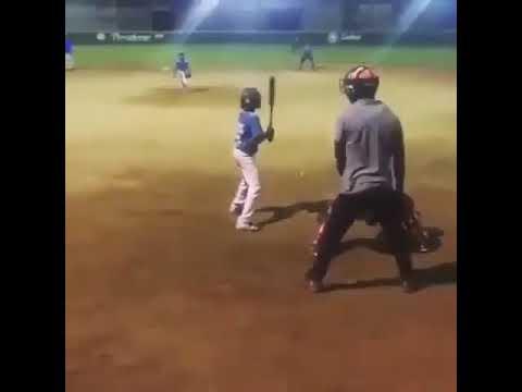 Con sorprendente salto niño se roba home durante un juego de béisbol