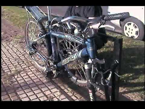 otra vista de la colocacion de una bicicleta en soporte lateral con detalle