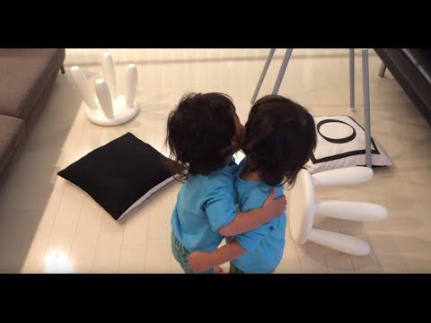 お返事とハグが可愛い双子ちゃん(Really cute twin boys - Say Hi to dad , then hug brother=)