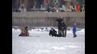 Женщина провалилась под лед