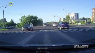 Смотреть онлайн ДТП на перекрестке с перевернутой машиной