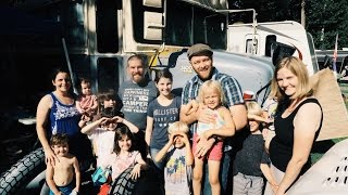 Family of 8 Lives full Time in a Bus!