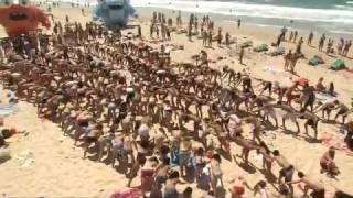 Смотреть онлайн Зажигательный флешмоб на морском пляже