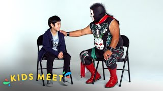 Niño conoce a un Luchador! | Kids Meet | HiHo Kids