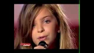 Маленькая девочка поёт песню Christina Aguilera