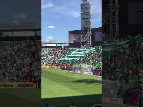"""""""La Komun (Santos Laguna) mostrando manta en forma de playera por sus 35 aniversario."""" Barra: La Komún • Club: Santos Laguna"""