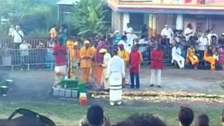 preview picture of video 'marche sur le feu au Temple de Gillot le Dimanche 24 Avril 2011'