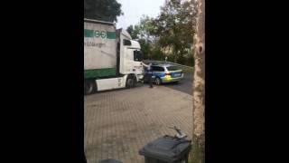 Как немецкие полицейские будят водителя
