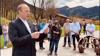 Pfarrer Markus Grieder segnet die Freiheitstrychler-innen & alle Bürgerrechtler-innen – in Urnäsch