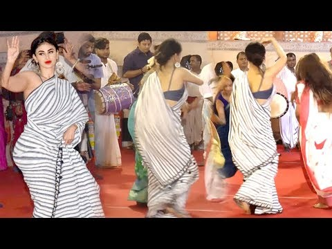 Mouni Roy's AMAZING Bengali Dance At Durga Puja 2018 Mandap In Mumbai