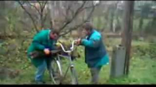 Dva opilci odvazeji na kole parez