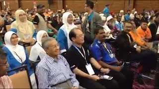 Tun M receives cheers and jeers at Reformis Malaysia convention