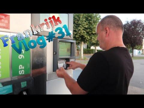Das Benzin im Luftfilter des Motorrollers der Grund