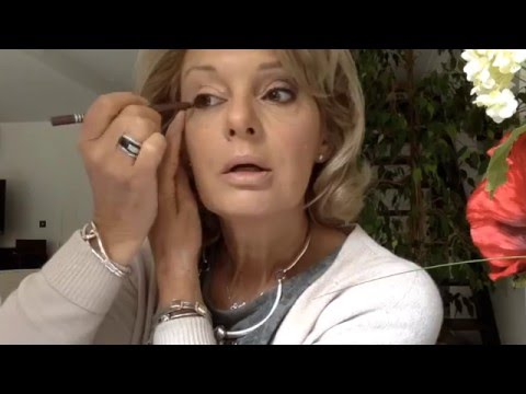Les masques pour la personne avec lhuile de la menthe et largile