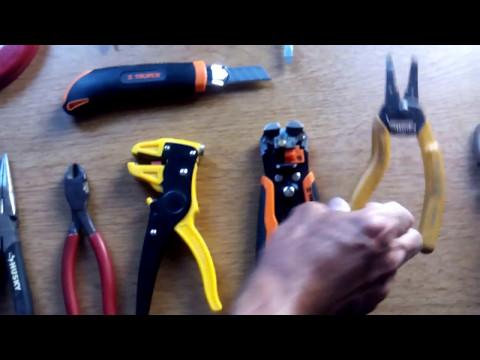 Mostrando mi herramienta básica para hacer una instalación eléctrica.