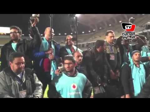 المصورون الصحفيون يتظاهرون بـ«برج العرب» ضد تأخر دخولهم «القمة»