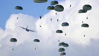 Десантник спасает своего товарища на выброске. Один парашют на двоих!