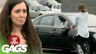 bromas farsa cómica con auto en el estacionamiento