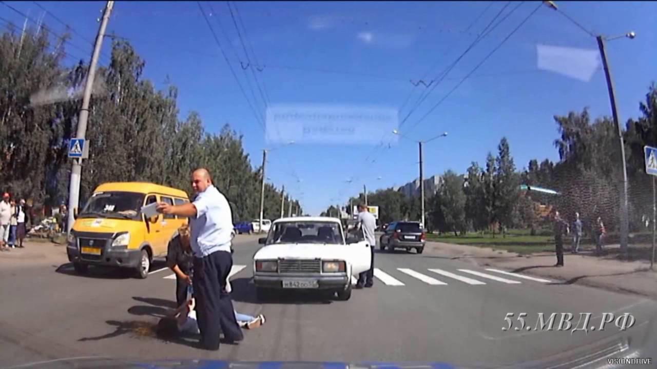 В Омске  «ВАЗ-2107» сбил девушку на глазах сотрудников ДПС