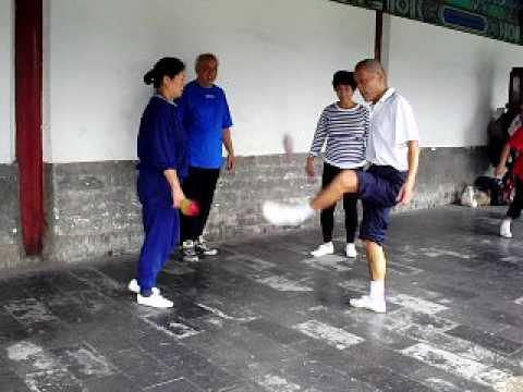 Chinos jugando a bola con plumas en pekin