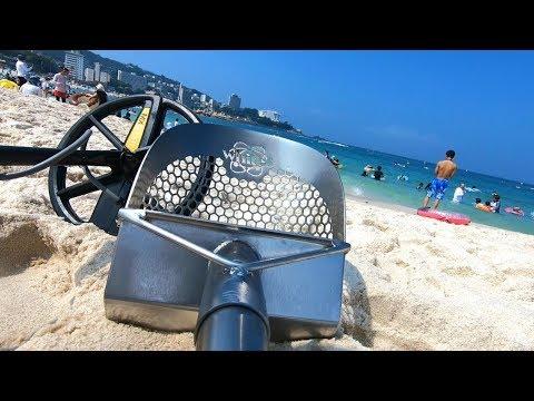 Detector de metais na praia. Todo o grupo saiu contente dessa caçada! / 金属探知機